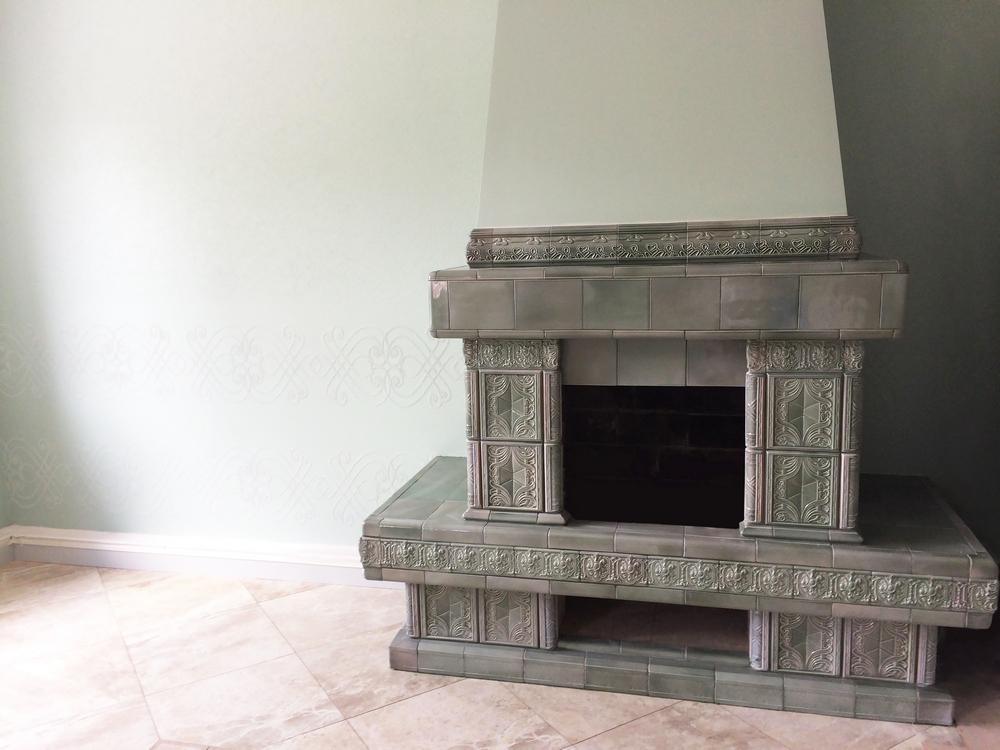 Izrazcovyj kamin v interere