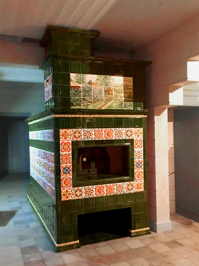 Русская изразцовая печь в деревянном доме