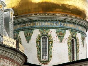 Изразцы на фасаде храма