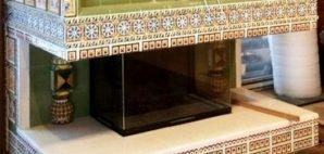 Kamin s izrazcami v interere